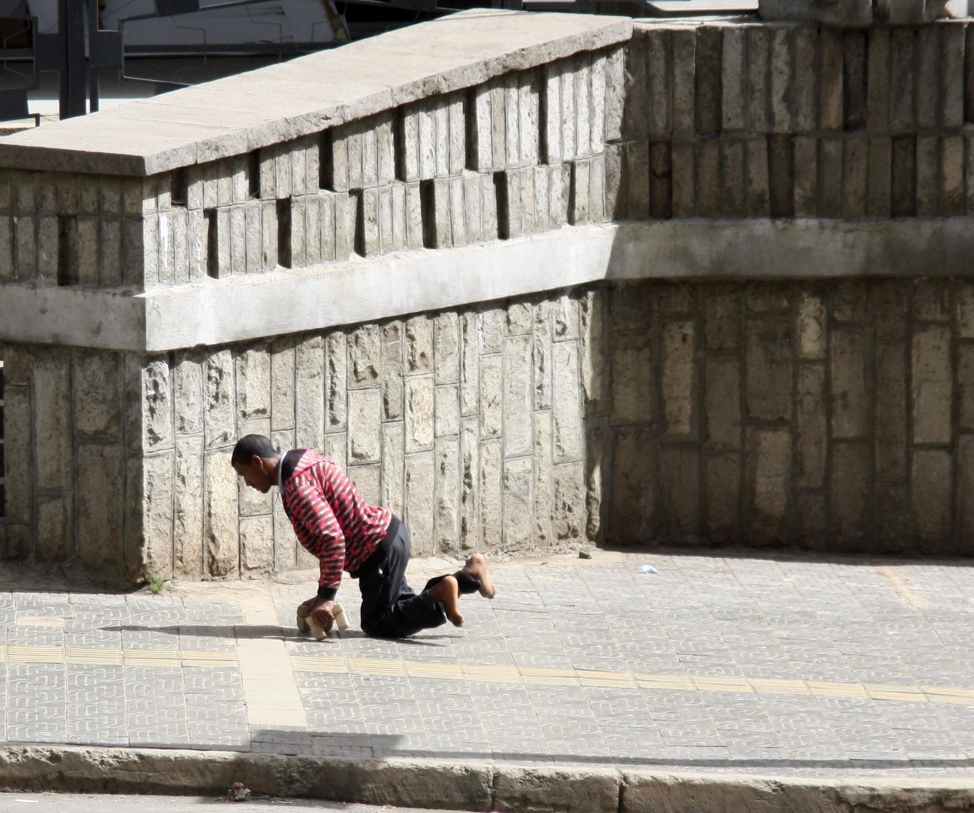 Un uomo solo per le strade di Addis Ababa in Etiopia mentre si trascina a terra. Flickr/Neil Johnson in licenza CC.