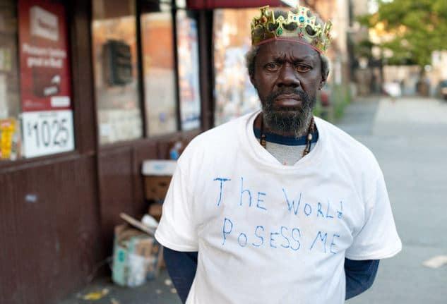 Eugene Capers vive a East Tremont, nel Bronx ed è malato di schizofrenia. Chris Arnade in licenza CC