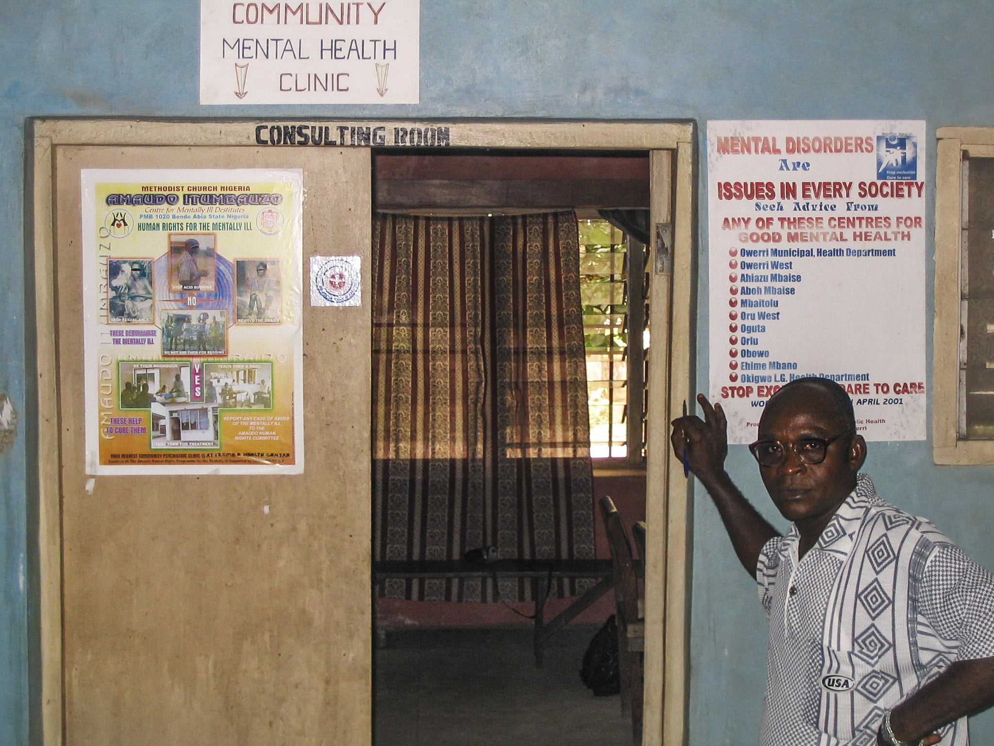 Un infermiere specializzato davanti a un ambulatorio in un Centro comunitario per la salute mentale in Nigeria. Community Eye Health/Flickr in licenza CC