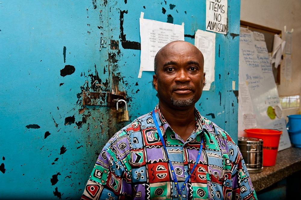 Assistente medico tirocinante presso l'ospedale psichiatrico Pantang Hospital in Ghana. Immagine ripresa da Flickr/Tom Westbury in licenza CC